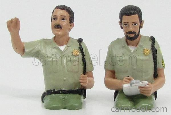 AMERICAN DIORAMA 23827 Масштаб 1/24  FIGURES 2X SITTING IN THE CAR POLICEMAN LIGHT GREEN